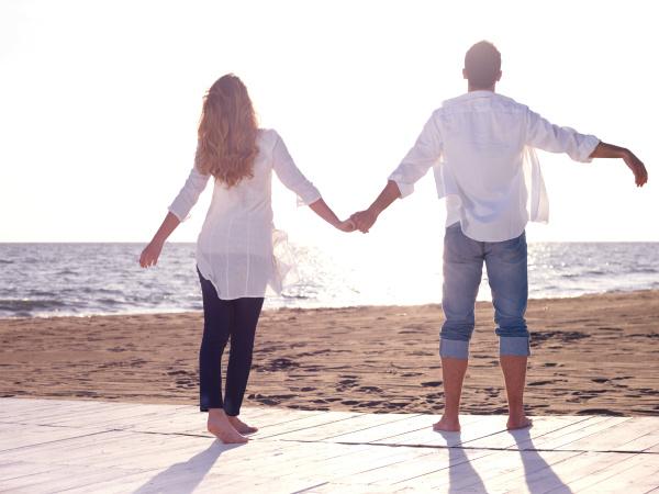mloda para na plazy dobrze sie