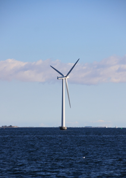 pojedynczy, wiatrak, morski, z, ciemnoniebieską, wodą - 12886494