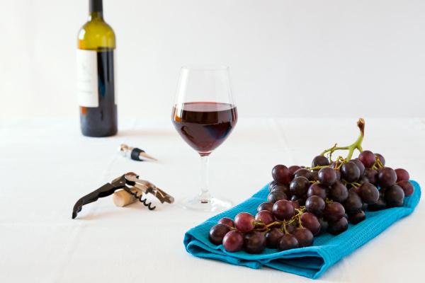 bukiet czerwonych winogron i kieliszek czerwonego