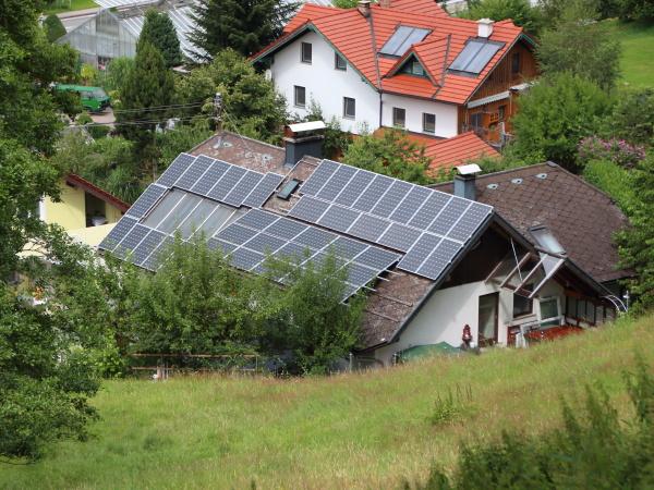 sun solar na dachu budynku w