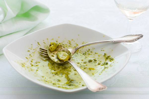 zblizenie jedzacy linguine makaronu talerz z