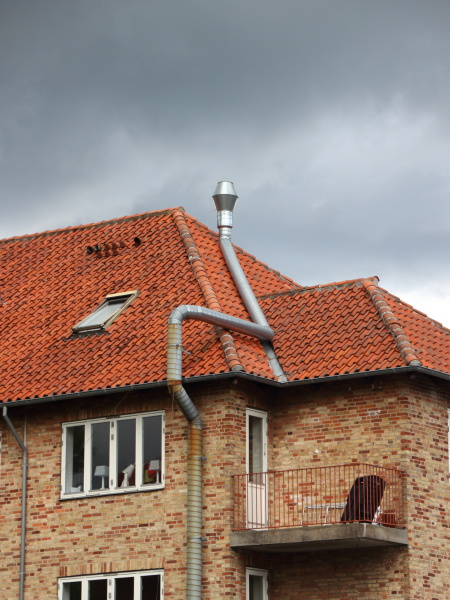 twisted steel metal chimney na dachu