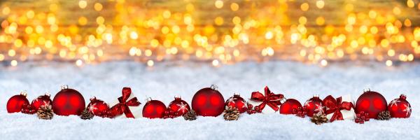 czerwona dekoracja swiateczna snieg zloty bokeh