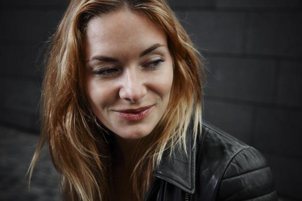portret usmiechnietej mlodej kobiety ubrany w