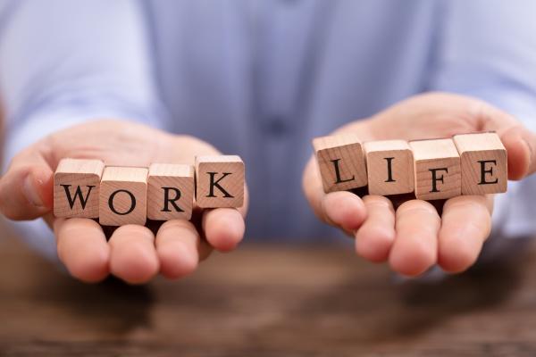 biznesmen rownowazenia pracy i zycia bloki