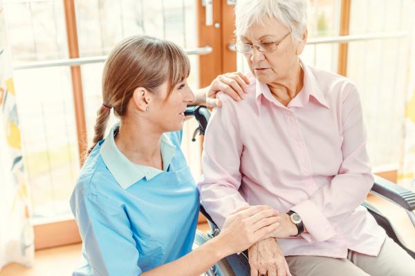 opiekunka i starsza kobieta w domu