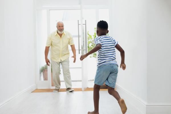 chłopiec, biegnący, w, kierunku, dziadka - 27577402