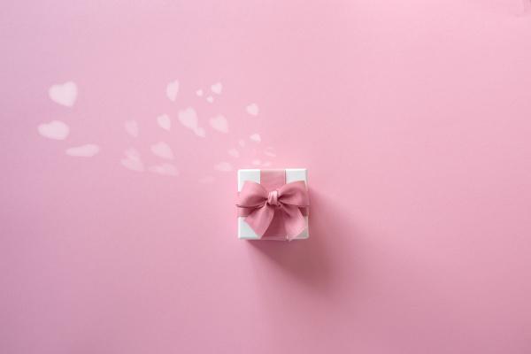 romantyczne rozowe serca z pudelkiem prezentowym