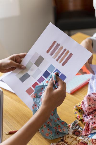 projektant mody trzymajacy probke kolorow w