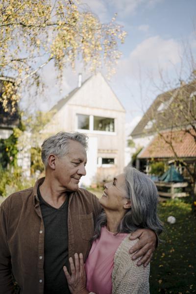 szczesliwa starsza para w ogrodzie swojego