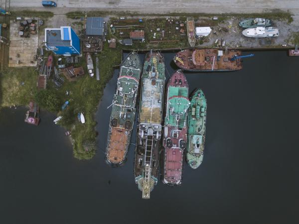 widok z drona na statki w