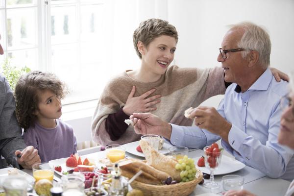 szczesliwa dalsza rodzina z obiadem w