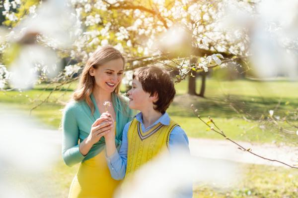 syn daje mamie kwiaty na dzien