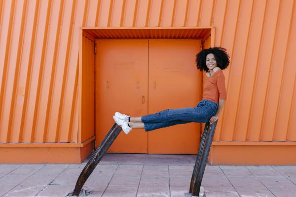 usmiechnieta mloda afro kobieta siedzaca na