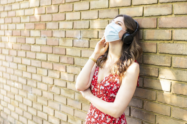 mloda kobieta w masce ochronnej i