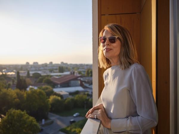 starsza, kobieta, stojąca, na, balkonie, hotelu - 29129764