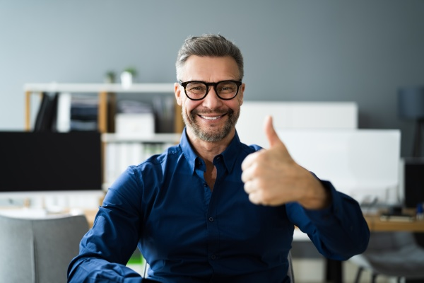 happy man video conference webinar portret