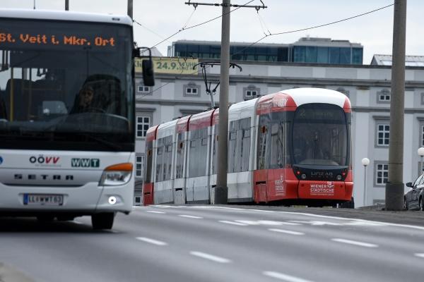 strassenbahn w linzu oberoesterreich OEsterreich
