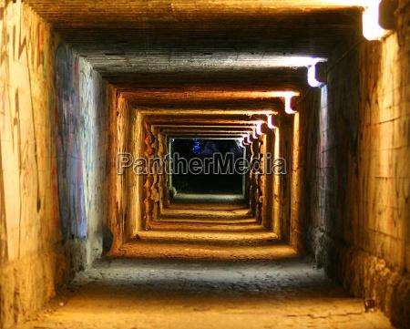 przestrzen pomieszczenie ciemnosc wieczor tunel pierscienie