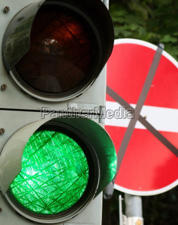 zielony lampa wiszaca sygnalizacji swietlnej lichtzeichenanlage