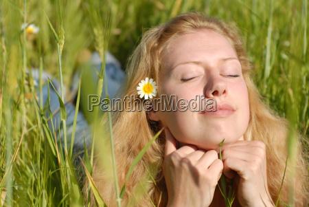mloda kobieta cieszy sie latem