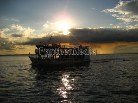 niebo wieczorne nad rio negro amazon