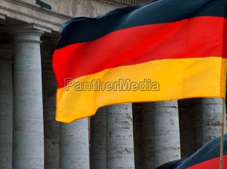 flaga niemiec przed kolumnami watykanskim