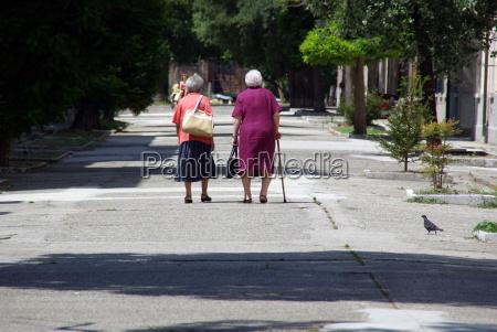 dwie starsze panie podrozujace razem