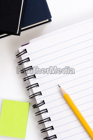 olowek na notebooku