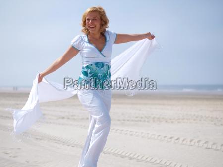 mloda kobieta nad morzem
