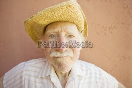 seniora mezczyzna w kowbojskim kapeluszu