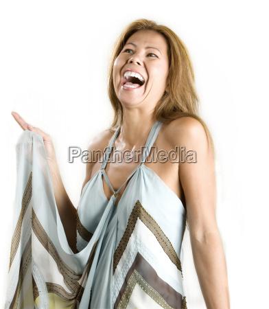 etniczna kobieta na bialym tle