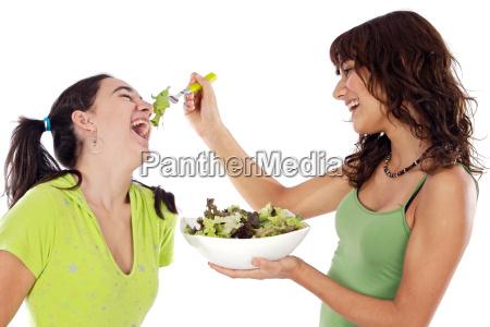 dwie piekne dziewczyny z salatka