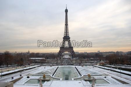 wieza metropolia zima zimowy paryz rusztowania