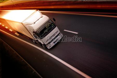 ciezarowka na autostradzie