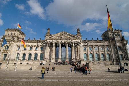 przechodnie berlin stolica reichstag parlament flagi