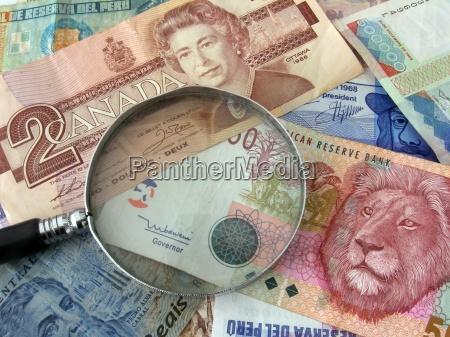 waluta banknot lupa szklo powiekszajace walutowe