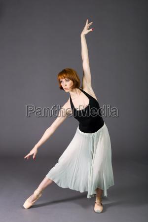 mlody tancerz baletowy pozowanie