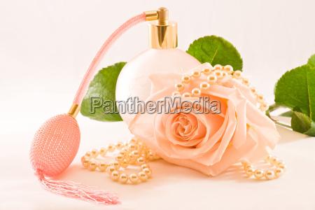 rozowa szklana butelka zapachowa z roza