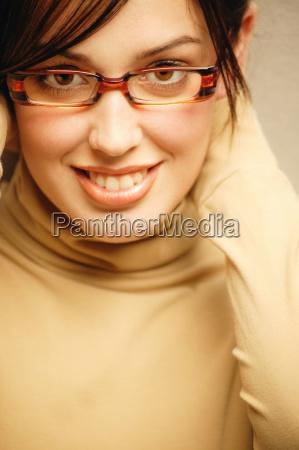 kobieta z modnych okularow