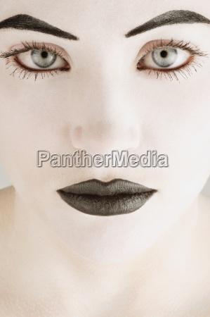 twarz kobiety w czerni i bieli