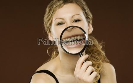 kobieta z lupa na ustach