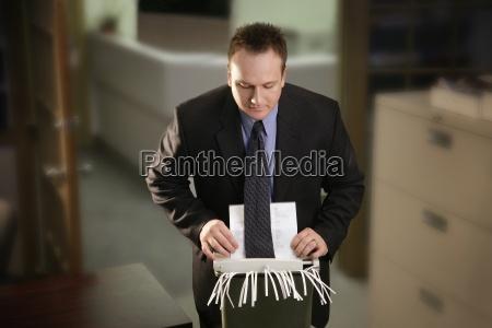 office man lapie krawat w niszczarce