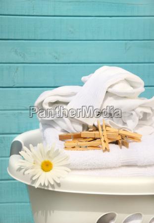 bialy kosz z praniem