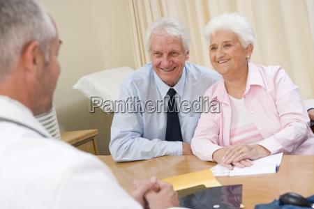 para w biurze lekarza usmiechniete