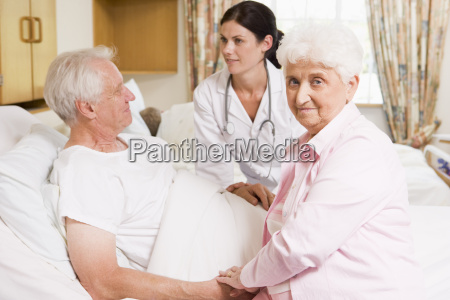 doktor mowi do starszy para