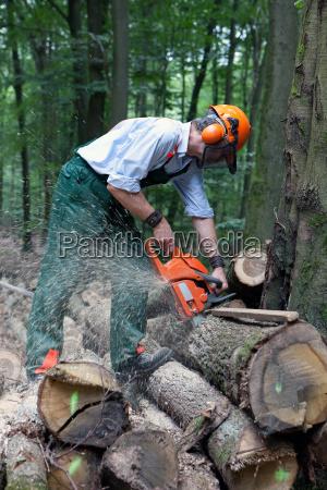 las robotnicy w odziezy ochronnej
