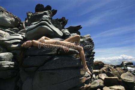 naga kobieta na skalach