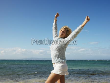 radosna kobieta w maui