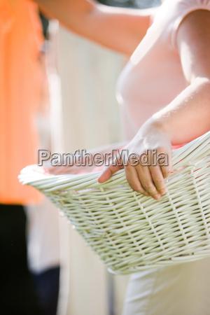 kobieta trzymajaca kosz na pranie